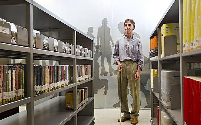 cego-homenageado-biblioteca