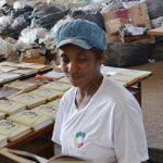 Catadora cria biblioteca com obras encontradas no lixo