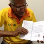 Escritor cata mais de 24 mil latinhas para conseguir publicar livro